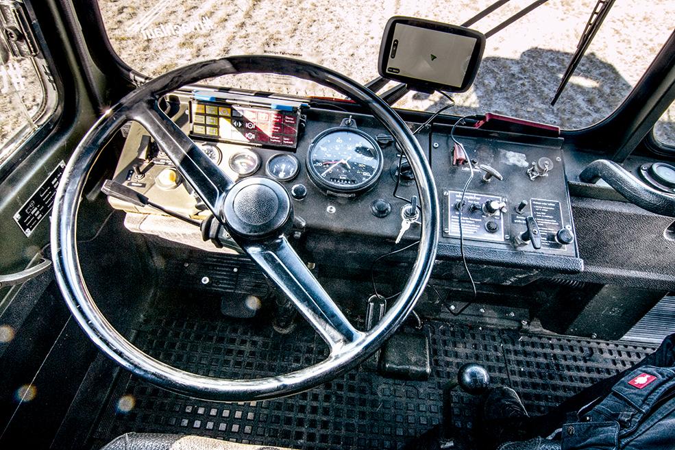 Blick auf das Lenkrad in der Fahrerkabine