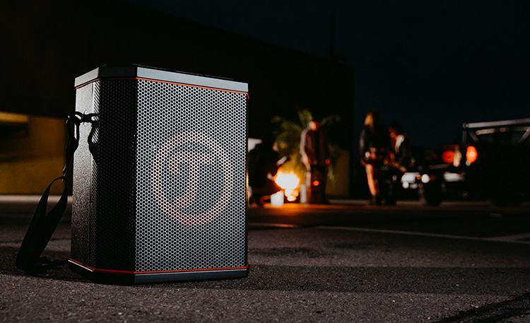 Nighttime shot of the Teufel ROCKSTER AIR outside.