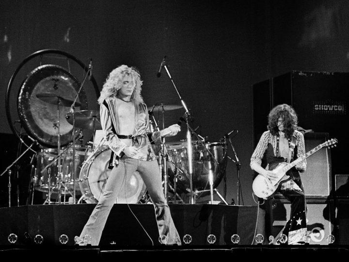 Sänger Robert Plant und Gitarrist Jimmy Page live auf der Bühne.