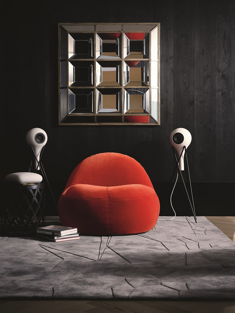 lifestyle image of the Teufel x Rosenthal speakers in a living room