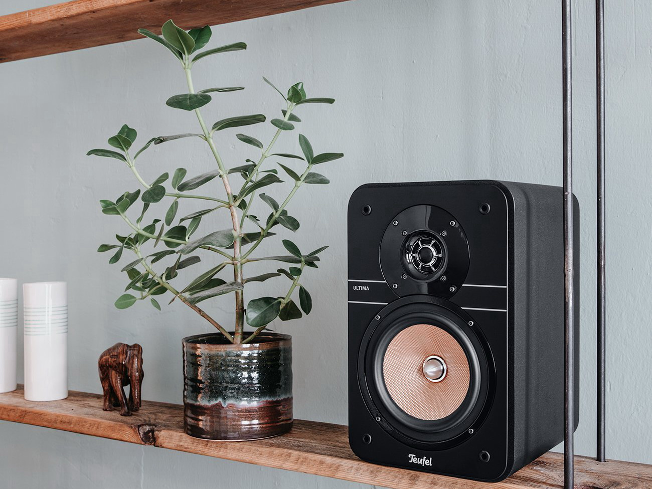 Bookshelf speaker Ultima 20 Kombo on shelf