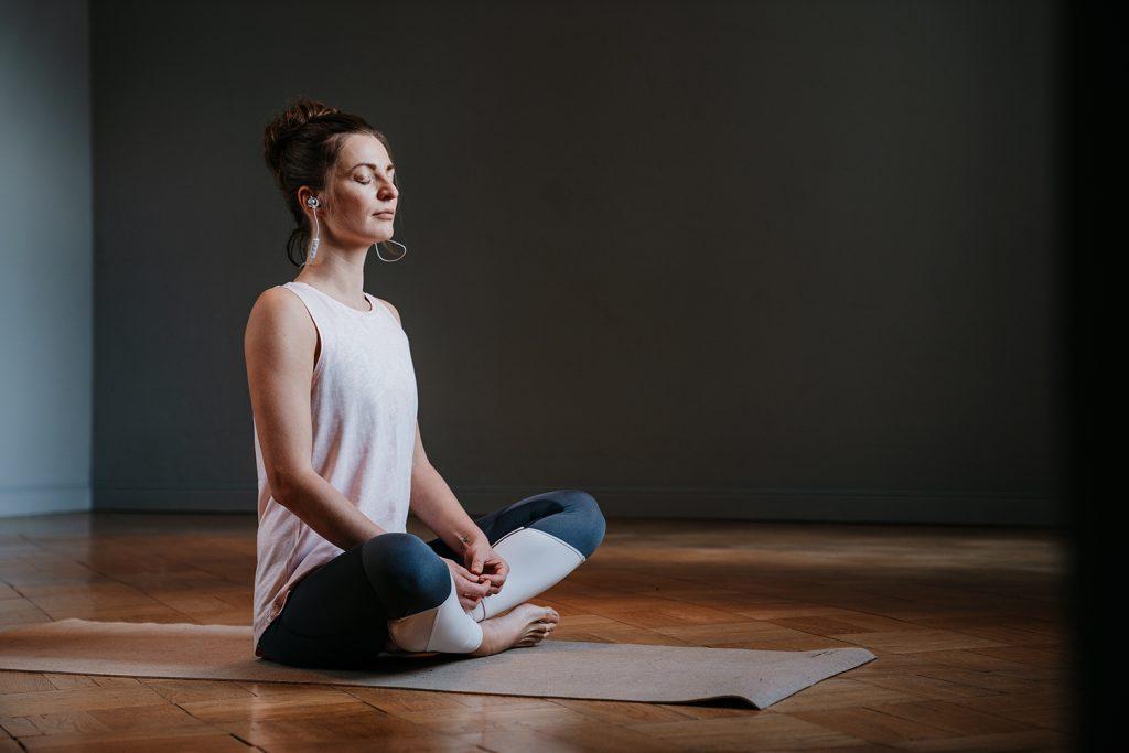 Frau entspannt beim Yoga.